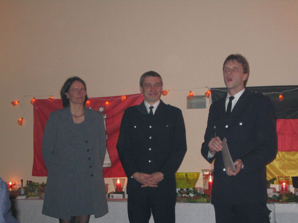 Reinhard Hagelstein (Mitte) mit Ehefrau Sabine und Brandrat Stephan Wenderoth