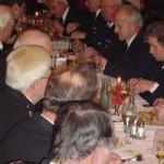 Gemeinsames Abendessen am Tisch der Männer aus Altengamme und Krauel.