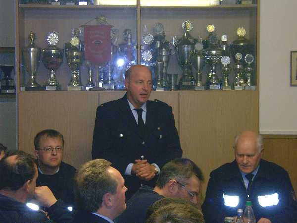 Karl-Heinz Kahl erklärt seine Entscheidung und wünscht dem neuen Wehrführervertreter Bernd Rieck alles Gute in seinem neuen Amt.