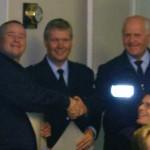 Volker Steffen nimmt die Glückwünsche von Bereichsführer Werner Burmester (Bildmitte) und Wehrführer Heino Goes entgegen.