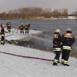 Brandstellenübung an der Elbe: Wasserentnahme aus offenem Gewässer - Vornahme von zwei C-Rohren und einem B-Rohr.