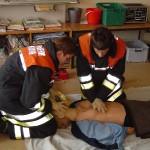 Keine Atmung, kein Puls: Herz-Lungen-Wiederbelebung! Thies Garbers und Lars Rieck bei der Patientenversorgung.