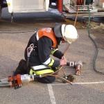 Arbeiten mit dem hydraulischen Rettungssatz. Lars Rieck wechselt vom Stempel auf den Spreizer und übergibt das Gerät anschließend einsatzbereit an den angreifenden Trupp.