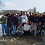 Teilnehmer des JFW-Grundlehrgangs 2005 vor winterlicher Kulisse in Klecken