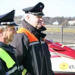 Hermann und Adolf informieren sich vor Ort über das neue Rettungsgerät der Freiwilligen Feuerwehr Hamburg