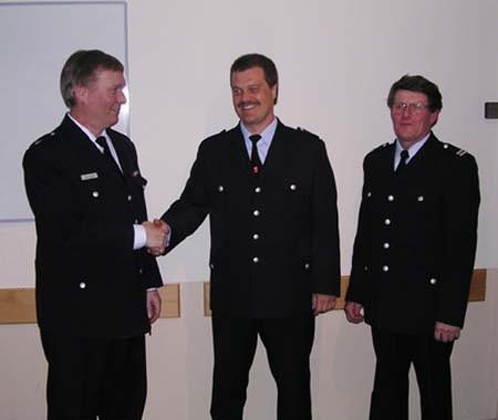 Torsten Altenburg (Bildmitte) nimmt die Glückwünsche von Werner Burmester (links) und Adi Steffens entgegen.