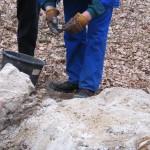 Hier wird nach Überresten der Granate gesucht.