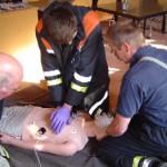 Nils Otte nimmt die Herzdruckmassage vor.
