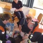 Bereichsausbilder Jörn Heitmann beobachtet das Reanimationsteam und die Herzdruckmassage durch Heinz Sandy.