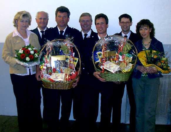 Für das Jubiläumsfoto strahlen ( von links): Kerstin Fölsch, Heino Goes, Jubilar Joachim Gellert, Werner Burmester, Jubilar Wilfried Harden, Bernd Rieck und Angela Harden.