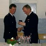 Wilfried Harden nimmt die Auszeichnung für 25 Jahre ehrenamtliches Engagement in der Freiwilligen Feuerwehr entgegen.