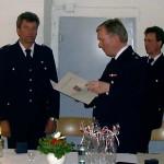 Werner Burmester überbringt die Glückwünsche der Feuerwehr Hamburg an Joachim Gellert.