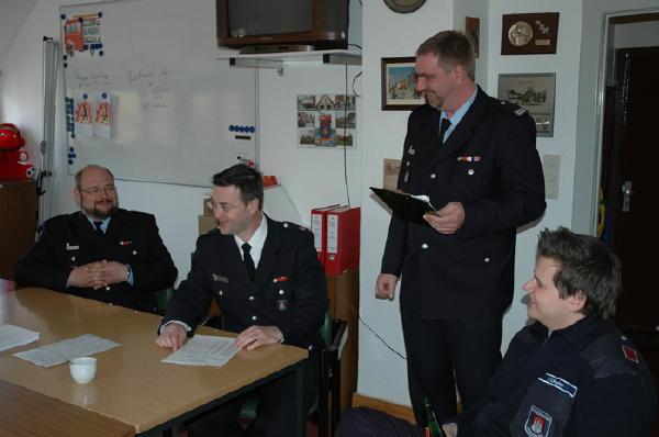 Teile der Prüfungskommission, in der Mitte der Vorsitzende DBerFV West, Jörg Schultze-Scheer, und der BAB-Sprecher des Bereichs Altona, WF Lurup, Jörg Braatz.