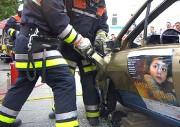Beliebte Demonstration auf der ALTONALE, der Einsatz des hydraulischen Rettungspreizers an der Fahrertür zum Schaffen einer Befreiungsöffnung.