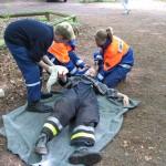 Ein Arbeiter hat sich im Wald mit einer Bügelsäge an der Hand verletzt. Die Feuerwehr hilft.