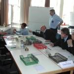 Stabsleiter Günter Vollstedt (links) im Gespräch mit S1(Personal/innerer Dienst) über die bereitgestllten Kräfte.