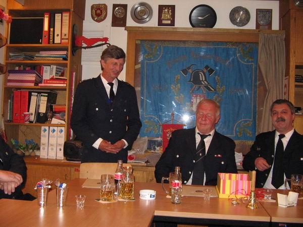 v.l.n.r.: Landesbereichsführer Hermann Jonas, Jubilar Bernd Iden, Wehrführer FF-Duvenstedt Thomsen Stern