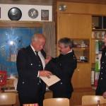 Überreichung der Urkunde, rechts Brandrat Stephan Wenderoth