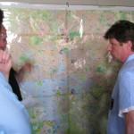 Besprechung an der Lagekarte: Günter Vollstedt (rechts) mit Udo Stahlbuhk und Jürgen Kokott (links)