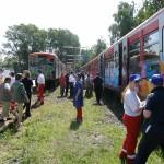 Die Verletztendarsteller nehmen im Zug ihre Position ein.