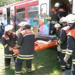 Vorsichtig werden die verletzten Personen aus dem Zug geborgen.