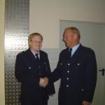 Der Wehrführer Gerhard Cruse gratuliert zur Wahl