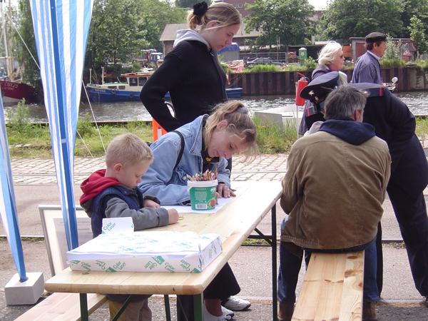 Kinder beim Malwettbewerb.  Foto: Schmidt
