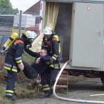 Der Angriffstrupp zeigt eine erfolgreiche Rettung der vermissten Person im Bauwagen.  Foto: Rindt