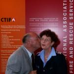 Walter Egger Präsident der CTIF bedankt sich bei einer Mitarbeiterin