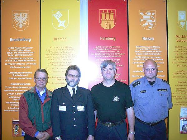 John Jannsen (2.v.l.), der Sekretär des Südjüdländischen Feuerwehr-Verbandes mit zwei seiner dänischen Kameraden (1.v.l. und 1.v.r.) sowie dem Geschäftsführer der Landesbereichsführers Erich Bönnen