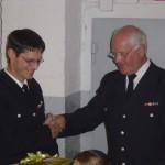 Wehrführer Heino Goes (rechts)dankt Bernd Rieck für seinen Einsatz in der Wehr.