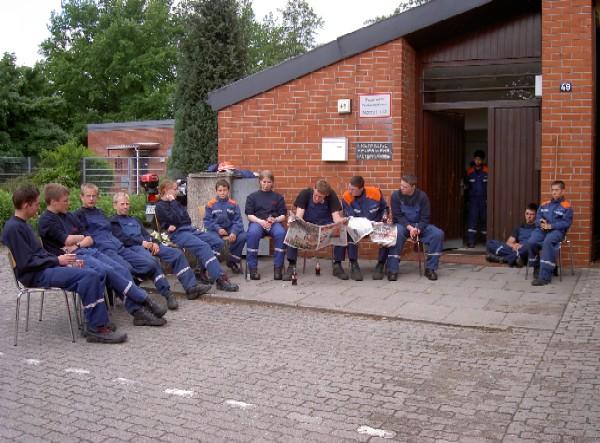 Warten auf den ersten Übungseinsatz am Feuerwehrhaus Altengamme.