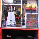 G3 mit 2 PA-Geräten, 4 Reserve-PA-Flaschen, 2 Fw-Äxten, Leinentrommel, 2 gepufferten Verkehrswarn-Blitzleuchten und einem Fach für eine grosse Kühlbox. Das Kotflügelteil ist abgeklappt.