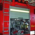 GR mit der Feuerlöschkreiselpumpe. Die Geräteraumjalousie kann gewollt nur bis zur halben Höhe geöffnet werden. Im oberen Teil befindet sich die Fachwand der 28 B-Schlauchfächer
