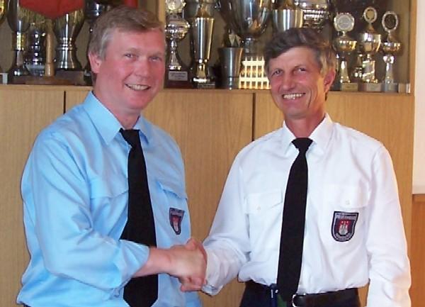 Bereichsführer Werner Burmester (links) nimmt nach seiner Wiederwahl die Glückwünsche von LBF Hermann Jonas entgegen.