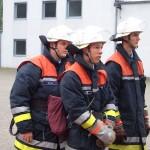 Zwischenprüfung: Der Gruppenführer gibt den beiden Trupps den Einsatzbefehl zum Schaumangriff<br>Foto: Jahnke