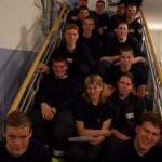 Alle Anwärter nach dem Bestehen der Zwischenprüfung auf der Treppe zum Unterrichtsraum an der Landesfeuerwehrschule Hamburg<br>Foto: Jahnke