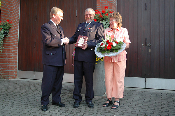 v.l. Landesbereichsführer-Vertreter Süd Werner Burmester, Hauptbrandmeister Peter Klampe mit Ehefrau Angelika