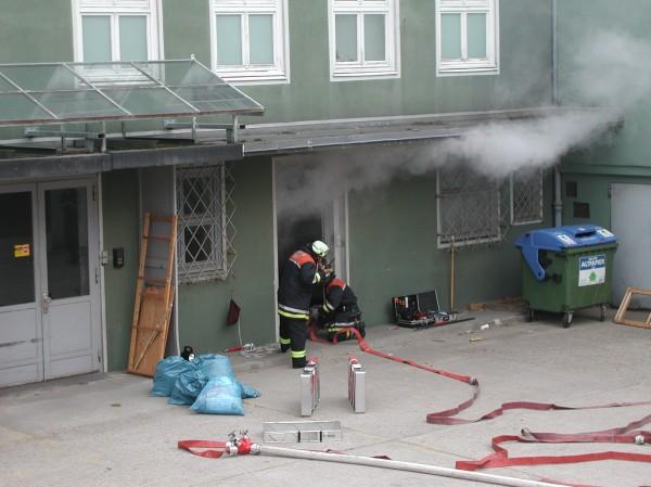 Der erste Angriffstrupp geht in das Gebäude vor.