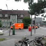 Der vordere Einsatzabschnitt wird von der FF-Langenhorn-Nord abgearbeitet. Der angeforderte Rettungswagen trifft gerade am Einsatzort ein.