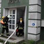 Auch hier geht ein Trupp unter schwerem Atemschutz ins Gebäude vor.