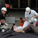 Eine gerette Person wird von der Besatzung des Rettungswagens, F-16 Kaufmann, versorgt!