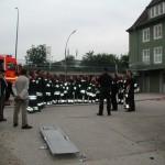 Unmittelbar nach Übungsende erfolgt die Mannöverkritik durch die Übungsleitung und dem Wachabteilungsführer der Wache Alsterdorf.