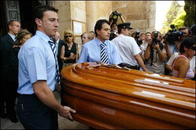 Der Sarg von Luis Solano wird aus der Kirche von San Gines getragen.<br>(Foto: Samuel Aranda / AFP)