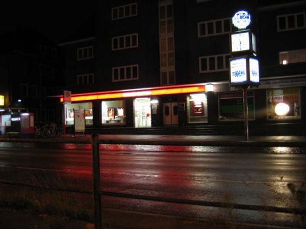 Auf den ersten Blick ist es nur eine unscheinbare Leuchtreklame in der Nacht. Aber schauen sie aufs nächste Bild...