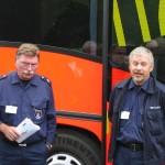 Herr Steffens und Herr Pietschmann von der BF Hamburg geben am Befehlswagen eine kurze Einweisung.