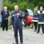 Manfred Kanzler (BF Hamburg) erklärt den Einsatzkräften, Beobachtern und Gästen den Übungsablauf