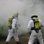 Einsatzkräfte unter schwerem Atemschutz und entsprechender Schutzkleidung in der Einsatzstelle.