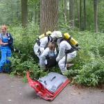 Hier wird eine verängstigte Verletztendarstellerin aus einem Gebüsch gerettet.
