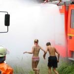 Grobe Dekontamination der Verletzten mit vier Fog-Fightern zwischen zwei LF's